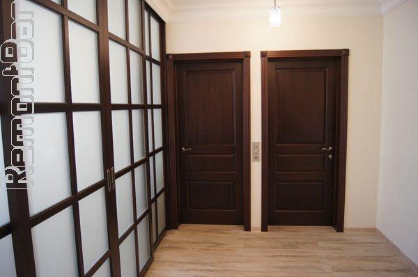 Расширив вчетверо проем в ненесущей железобетонной перегородке, мы объединили одну из комнат с коридором, образовав единую гостиную большой площади. Однако, при необходимости, с помощью раздвижных высоких дверей-купе в две секунды коридор можно отделить от гостиной.