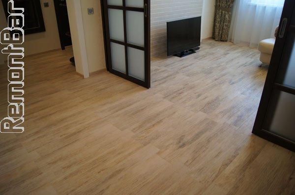 Пример того, как раздвижная перегородка при необходимости превращает квартиру в трансформер, объединяя при необходимости гостиную и коридор, увеличивая пространство в полтора раза.