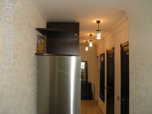 Дизайн холодильник в коридоре