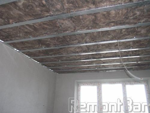 В каркас гипсокартонного потолка по площади всей квартиры закладываем шумоизолирующие плины минеральной ваты