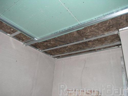 """Затем обшиваем гипсокартоном - и шумоизоляция потолка готова. Конечно, в идеале, что б шумоизоляция была предусмотрена по всем поверхностям квартиры, т.е. помимо всей площади потолка, должны быть шумоизолированы все стены (по периметру квартиры) и пол. Тогда образуется """"коробка"""", полностью обеспечивающая шумоизоляцию помещения."""