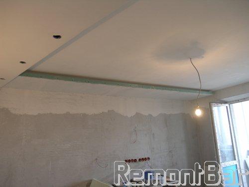 Потолок из гипсокартона по всей квартире 2-3-х уровневый. Даже основная центральная часть - гипсокартон. Опустить уровень потолка по всей квартире было решено для того, что бы заложить слой шумоизолирующей минеральной ваты по всей поверхности