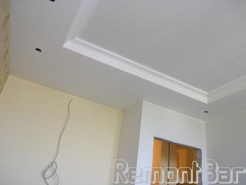 Здесь гипсокартонный потолок полностью ошпатлеван, оклеен стеклообоями (армирующий слой) и отшлифован - т.е. полностью подготовлен под окрашивание