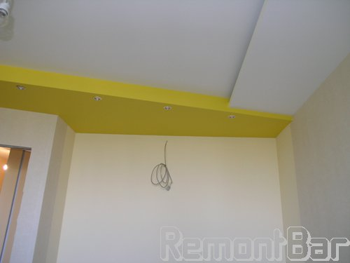 В гостиной потолок - 3х уровневый. Прямо перед нами - ниша для шкафа-купе. Подсветка из точечных светильников - специально для него. Плюс заложен провод для внутреннего освещения
