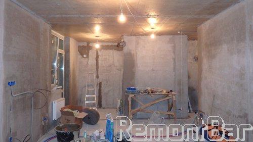 """Затем сразу приступаем к выравниванию поверхностей. Сначала полностью оштукатуриваем все стены по периметру """"под маяк"""". Это- залог будущего успеха. Стоит задача подготовить и окрасить все стены водоэмульсионной краской, и если поверхности стен будут кривыми, с завалами, с буграми или ямами - ничего не получится, краска будет бликовать, как не старайся вышпатлевывать и отшлифовывать их. После штукатурных работ сразу разводим электропроводку (по заранее подготовленому заказчиком плану)."""
