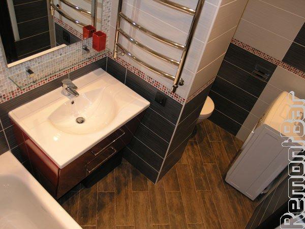 Пол этого санузла так же облицован плиткой, имитирующей деревянную доску - паркет.