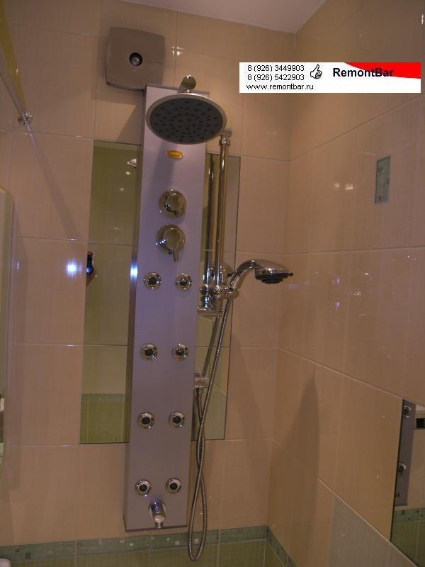 В отделке ванной комнаты наряду с керамической плиткой использованы зеркальные элементы аналогичного размера, выполненные по индивидуальному заказу