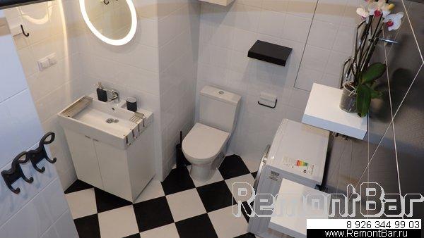 """В """"крыле"""" со стороны кухни (напротив ванны) установили унитаз и стиральную машину, а в """"основании"""" (напротив входной двери) смонтировали раковину (на подвесной тумбе)"""