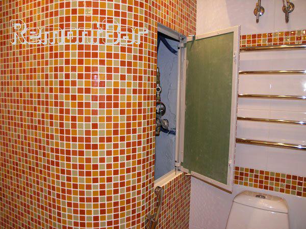 Стеклянная мозаика на полу и стене в ванной комнате затерты затиркой на основе эпоксидной смолы