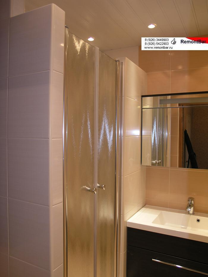 Стеклянные двери душевой комнаты
