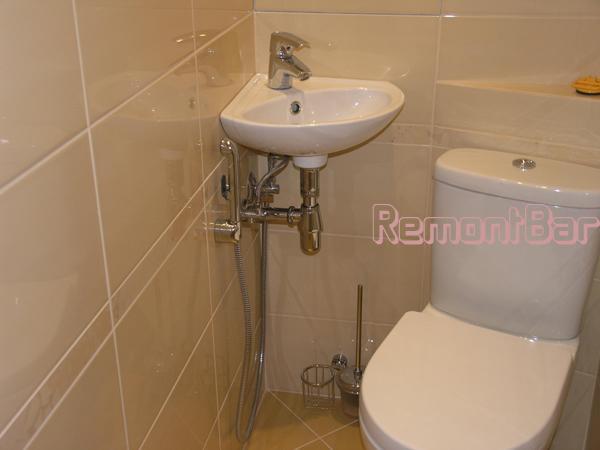 Установить раковину в достаточно узком туалете удалось благодаря тому, что мы сместили и повернули унитаз. Фактически унитаз сдвинут в крайний правый угол, однако пользоваться им так же удобно, как и прежде, и подход к раковине не затруднен. В свою очередь раковина, размещенная в дальнем углу туалетной комнаты, не затрудняет доступ (т.е. не загораживает проход) в саму комнату
