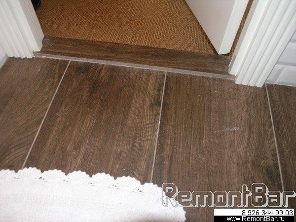 На полу этого санузла - плитка, имитирующая паркетную доску. Отличный вариант для ванной!