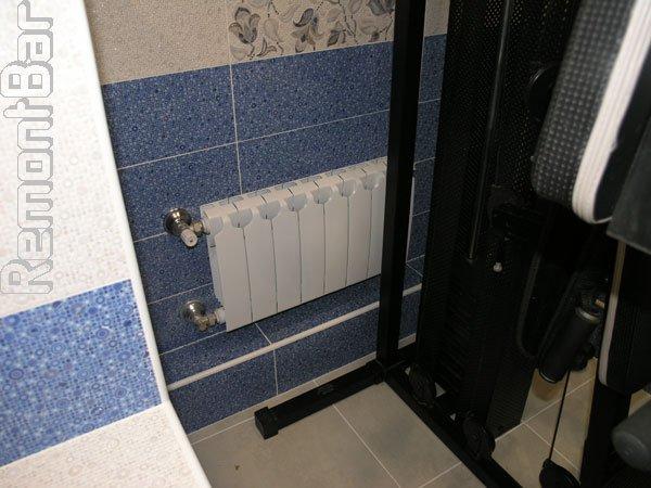 Помимо электрического полотенцесушителя, санузел оборудован двумя радиаторами отопления.